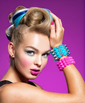 Modelo com maquiagem brilhante e penteado criativo mulher com maquiagem elegante retrato de close up