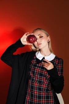 Modelo com maquiagem de outono em um estúdio fotográfico. tendências de outono