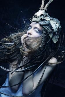 Modelo com penteado criativo para o halloween