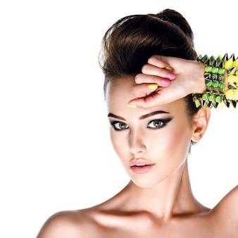 Modelo com pulseira cravejada e manicure criativa