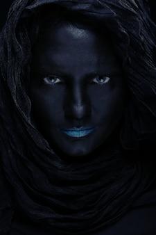 Modelo com rosto preto.