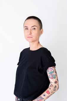 Modelo com tatuagem em camiseta preta