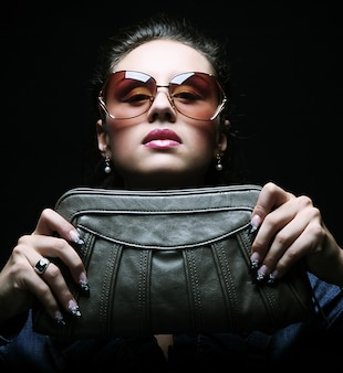 Modelo com uma bolsa
