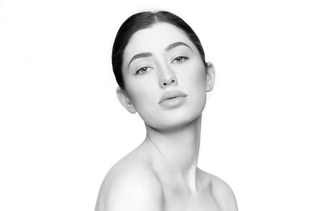 Modelo com uma pele perfeita e saudável e maquiagem natural.