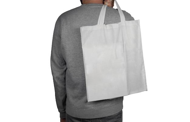 Modelo com uma sacola sobre a superfície branca