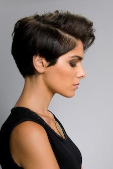 Modelo com vista de perfil de cabelo reto curto