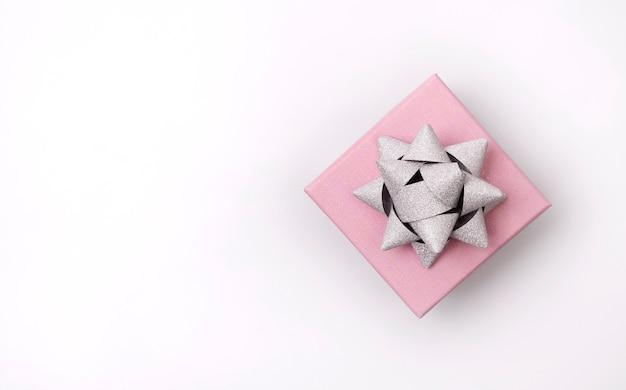Modelo de aniversário de ano novo de natal. caixa de presente bonita no fundo branco