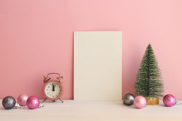 Modelo de ano novo ou natal com brinquedo de árvore de natal, relógio de bolas de natal e espaço em branco vazio