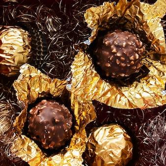 Modelo de anúncio social close-up de chocolates crocantes de nozes