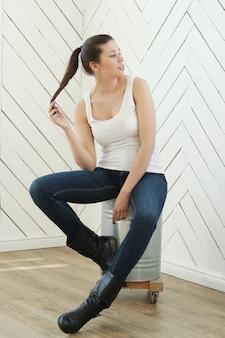 Modelo de atleta branco, jeans e botas de couro