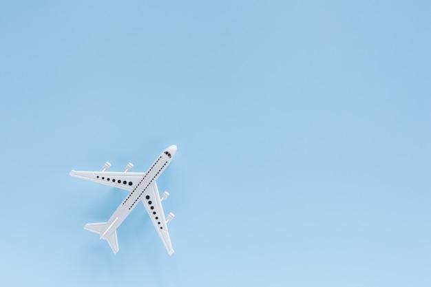 Modelo de avião branco no azul para o conceito de veículo e transporte