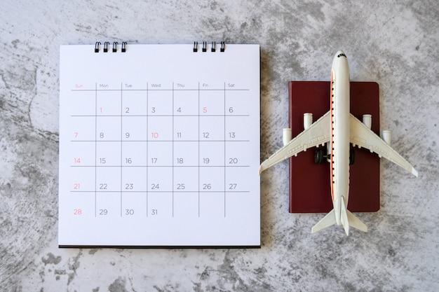Modelo de avião com calendário de papel. planejar viagem