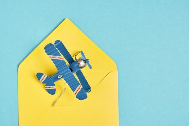 Modelo de avião de metal vintage e concerto amarelo na superfície azul