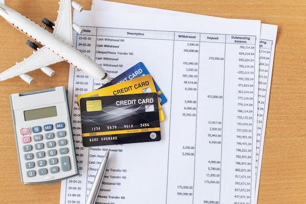 Modelo de avião e calculadora em documentos