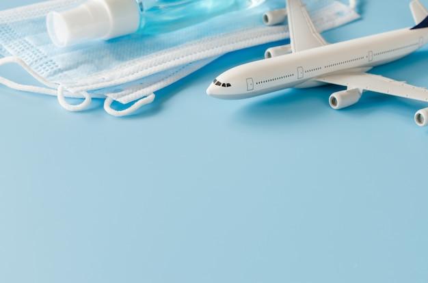 Modelo de avião, máscaras faciais e desinfetante