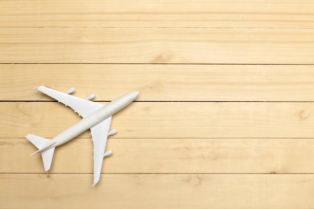 Modelo de avião no fundo de madeira