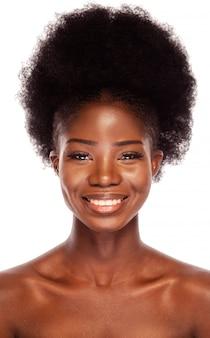 Modelo de beleza preto com um penteado afro, sorrindo alegremente