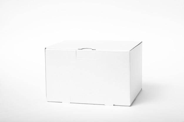 Modelo de caixa vazia branca em fundo branco