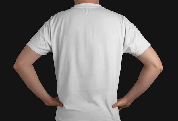 Modelo de camiseta branca vista traseira