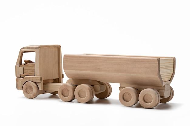 Modelo de carro de brinquedo de madeira em superfície branca