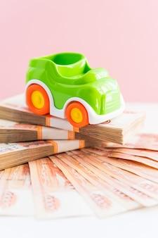 Modelo de carro de brinquedo e contas de pacotes