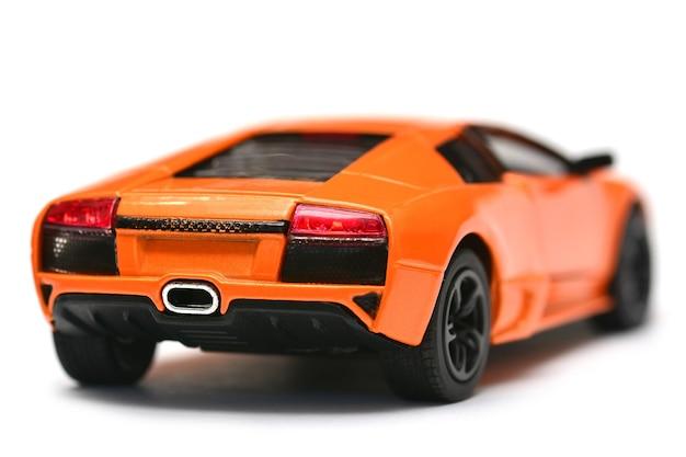 Modelo de carro de brinquedo em fundo branco