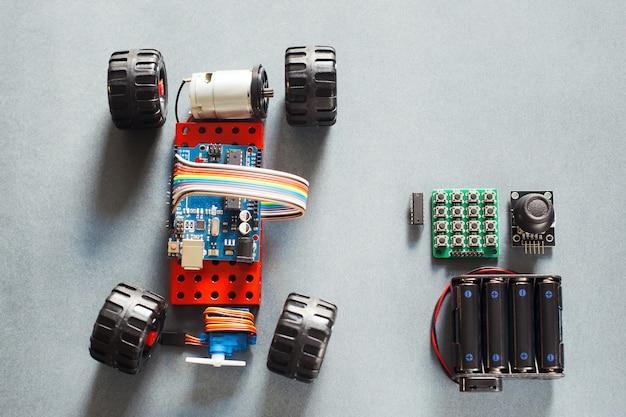 Modelo de carro rc feito à mão, construção em eletrônico.