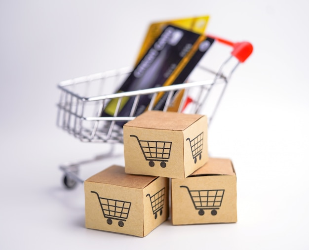 Modelo de cartão de crédito com caixas de carrinho de compras.