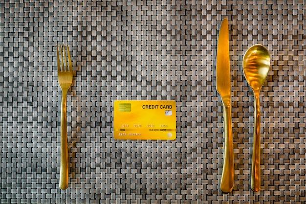 Modelo de cartão de crédito com talheres