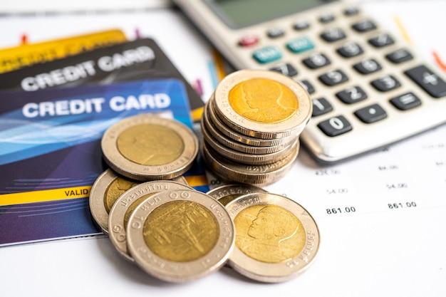 Modelo de cartão de crédito e moedas com caixa de carrinho de compras desenvolvimento financeiro