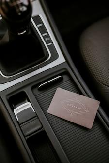 Modelo de cartão de visita marrom em branco no centro do console do carro
