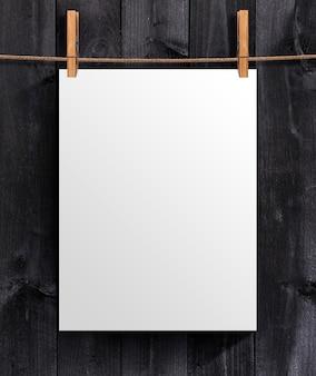 Modelo de cartaz em branco branco em um de madeira. zombe para o seu projeto com espaço de cópia