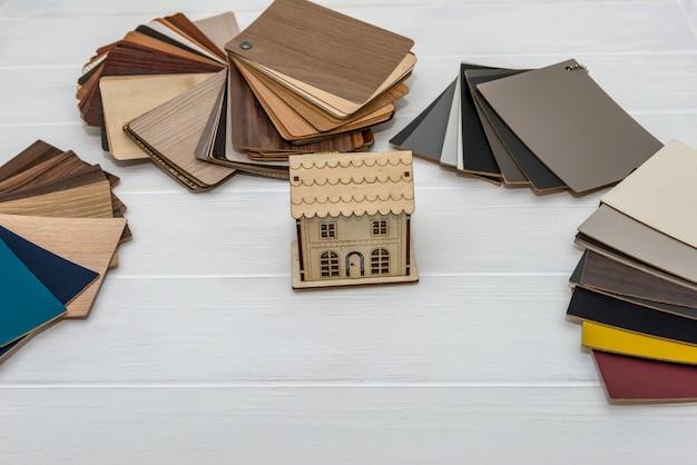 Modelo de casa com amostradores de madeira para decoração e projeto