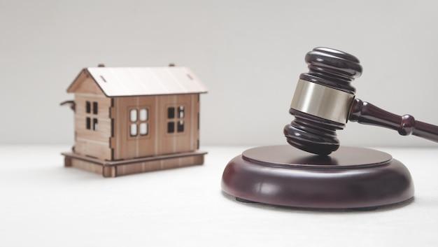 Modelo de casa com martelo de juiz.