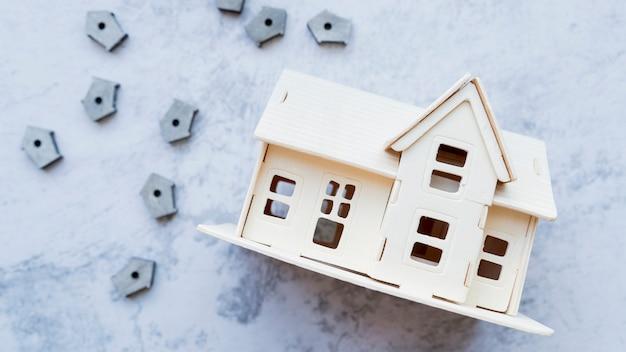 Modelo de casa com muitas casas de pássaros pequenos em fundo de concreto