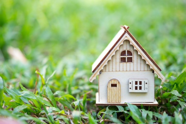 Modelo de casa como símbolo no fundo ensolarado