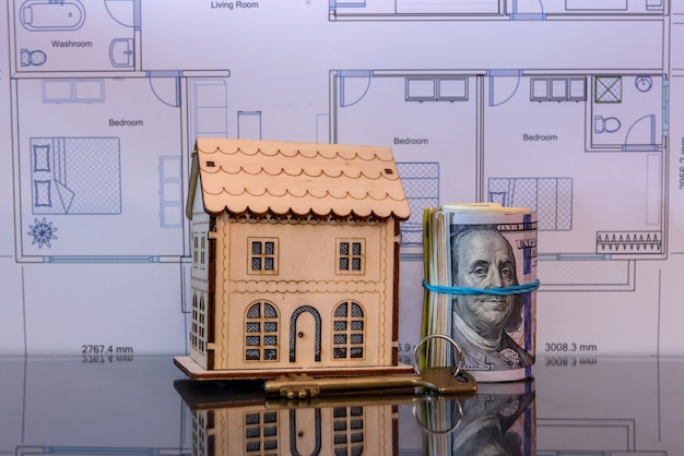 Modelo de casa de madeira com dólar em rolo com reflexo