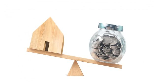 Modelo de casa de madeira. habitação e conceito imobiliário
