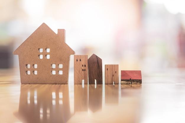 Modelo de casa de madeira na mesa de madeira, um símbolo para a construção