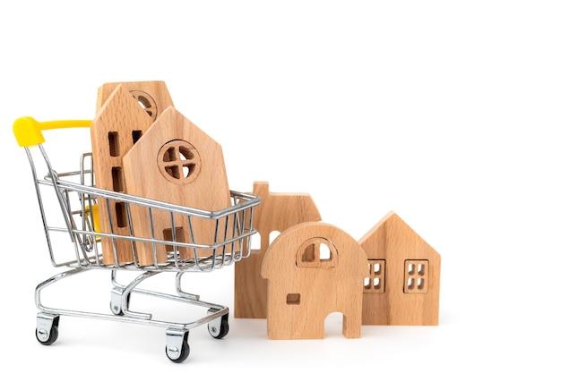 Modelo de casa de madeira no carrinho de compras em branco isolado para habitação e conceito de propriedade