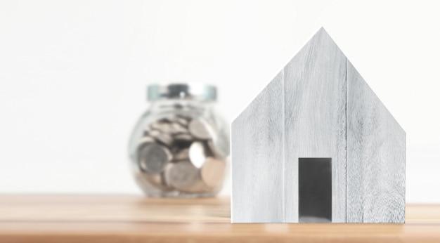 Modelo de casa de madeira no espaço lá de madeira. casa, habitação imobiliário