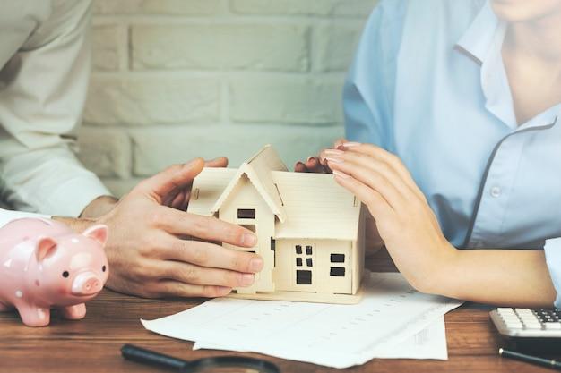 Modelo de casa de mão de mulher e homem