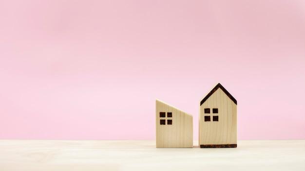 Modelo de casa diferente em fundo rosa pastel