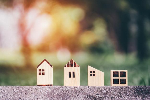 Modelo de casa diferente no fundo da natureza