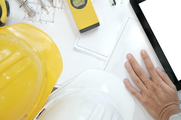 Modelo de casa do projeto imobiliário no local de trabalho do engenheiro arquiteto.
