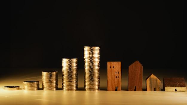 Modelo de casa e linha de moeda dinheiro na mesa branca