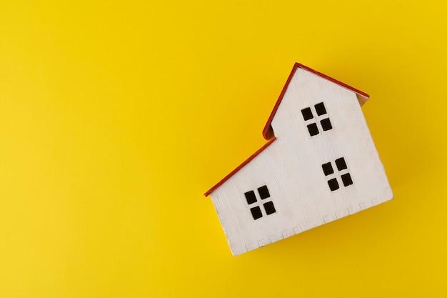 Modelo de casa em amarelo