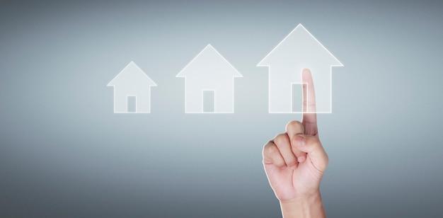 Modelo de casa em tela, casa de família e conceito de seguro de proteção