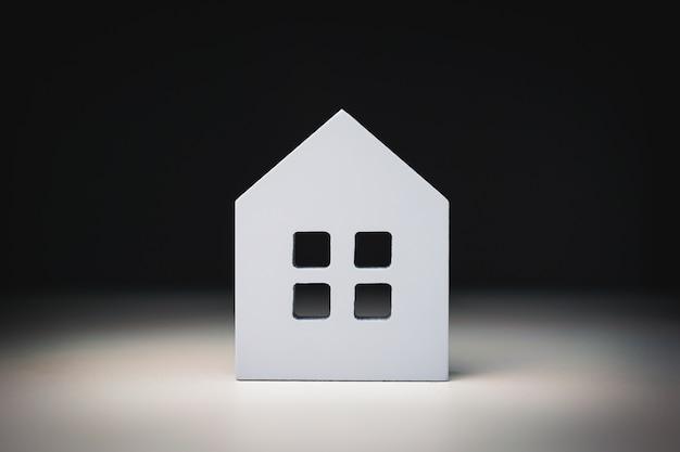 Modelo de casa na mesa de madeira