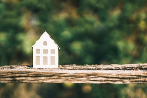 Modelo de casa na mesa de madeira.